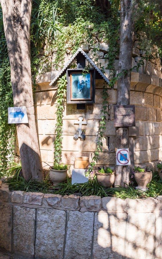 Ett ställe av dyrkan på ingången till gården av kyrkan av Mary Magdalene i Jerusalem, Israel arkivbild