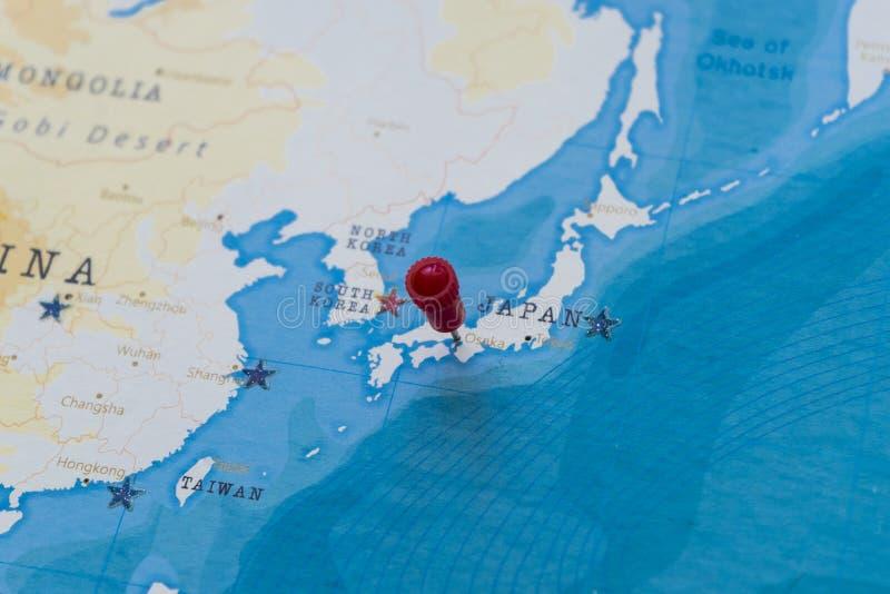 Ett stift på osaka, Japan i världskartan arkivfoto