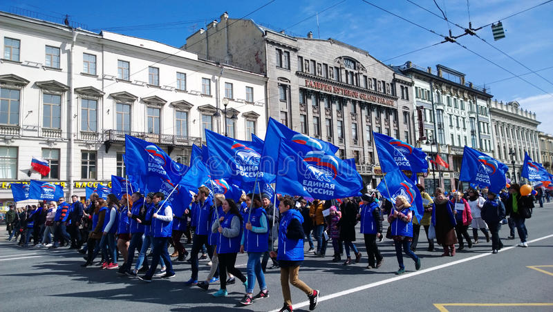 Ett stort antal folk som är involverat i demonstrationer i dagen på Maj 1 på Nevsky Prospekt Deltagare bär flaggor arkivfoto