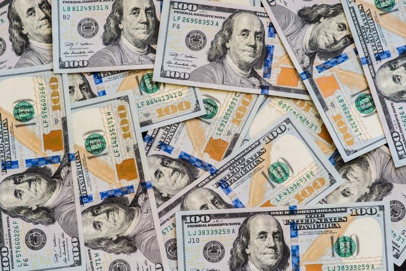 Ett stort antal ny hundra-dollar desintegrerade hundra US dollarräkningar För bakgrunds- och kopieringsutrymmet arkivfoton