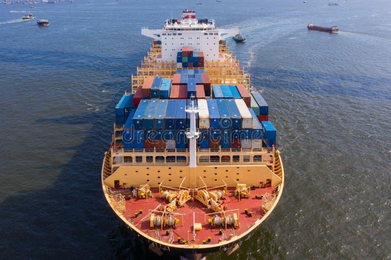 Ett stort behållarelastfartyg royaltyfri bild