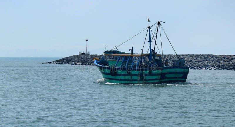 Ett stort fartyg seglar till havet från den karaikal stranden royaltyfria bilder