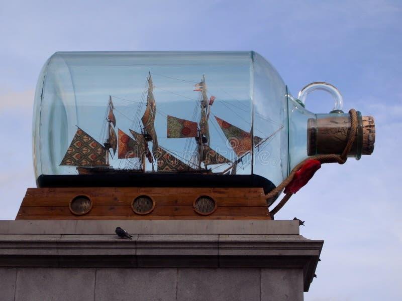 Ett stort flaskskepp på Trafalgar Square i London Det visas i Greenwich nu arkivfoto