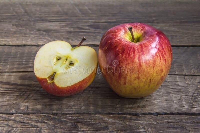 Ett stort och ett huggit av äpple royaltyfria bilder