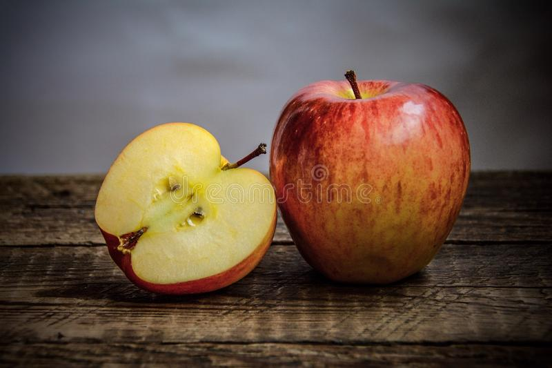 Ett stort och ett huggit av äpple arkivbilder