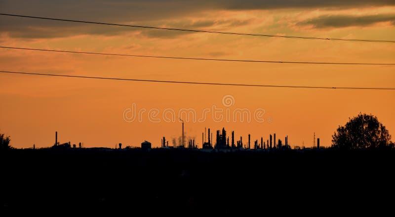 Ett stort oljeraffinaderi i avståndet arkivfoto