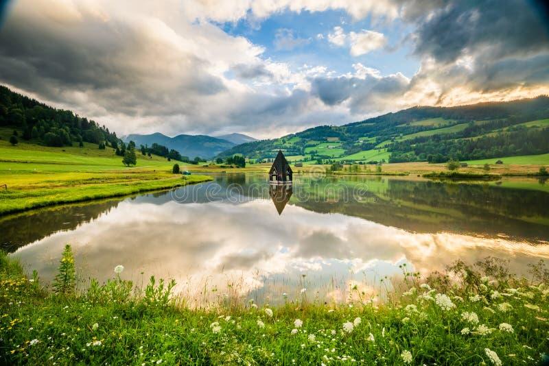 Ett stort skott av Rottenmann-sjön med kyrkoherde royaltyfria bilder