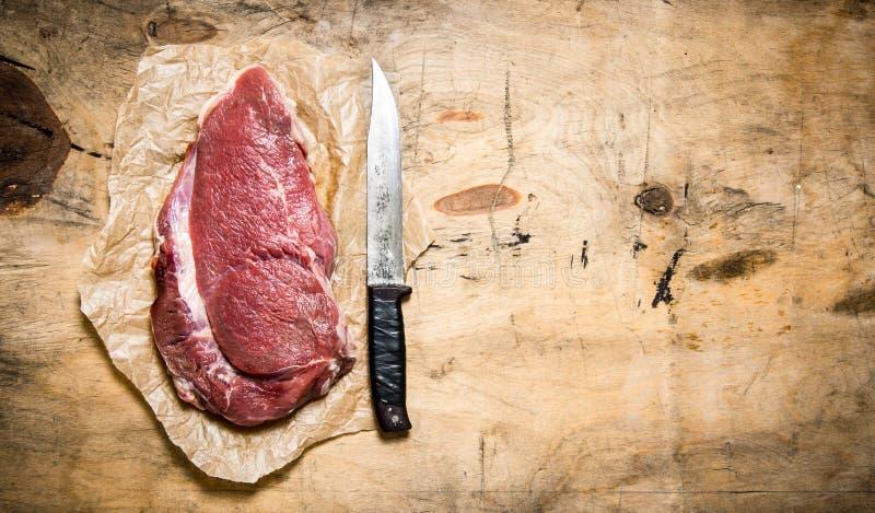 Ett stort stycke av rått kött royaltyfri fotografi