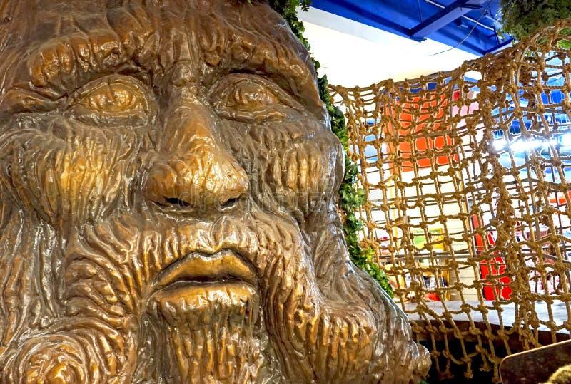 Ett stort träd med en mänsklig framsida i barns galleria royaltyfria bilder