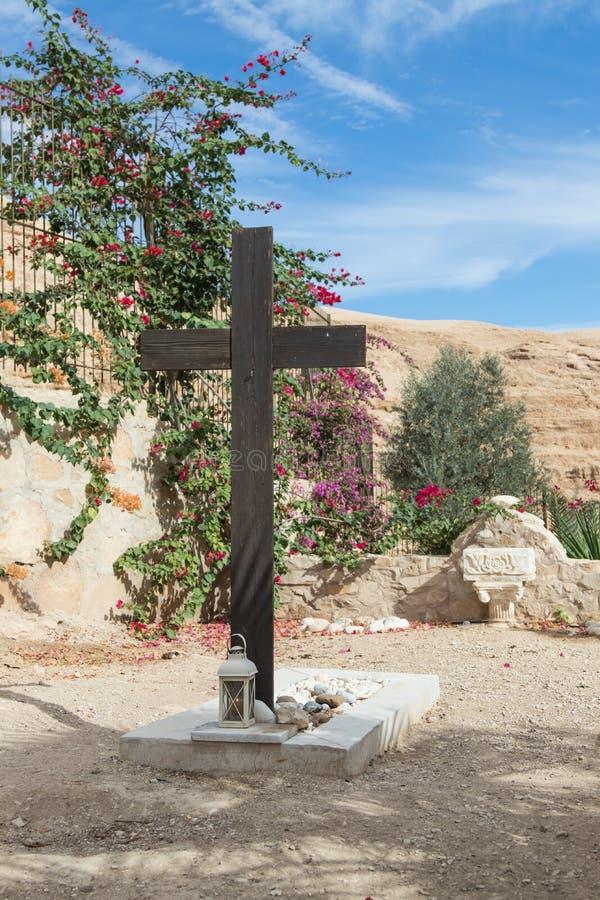 Ett stort träkors nära graven i kyrkogården i kloster av St George Hosevit Mar Jaris nära Mitzpe Yeriho i Israe arkivfoton