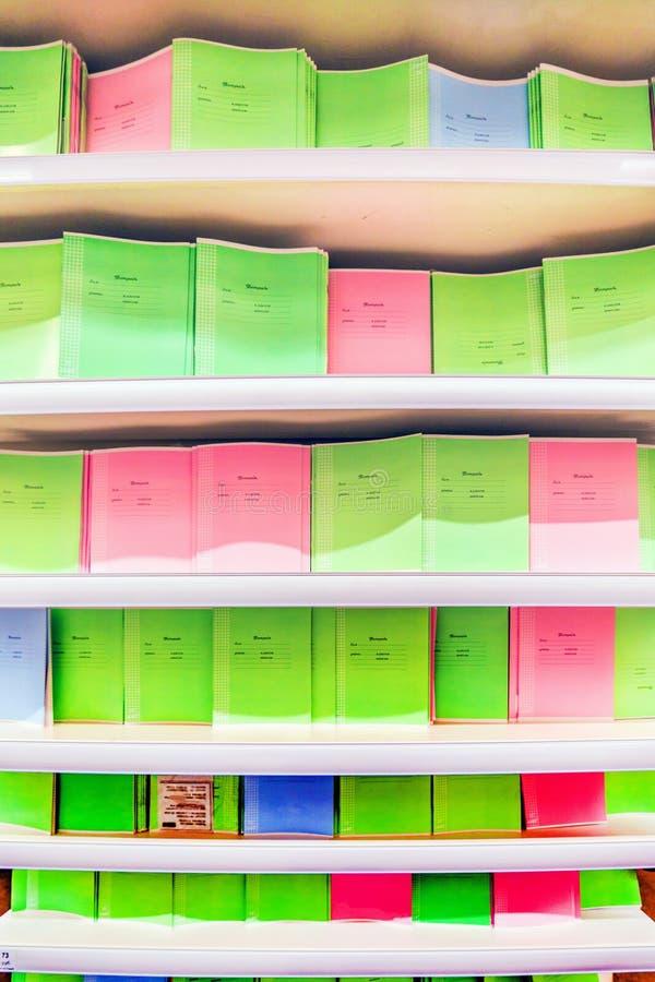 Ett stort val av studentskrivböcker för skolbarn arkivbild