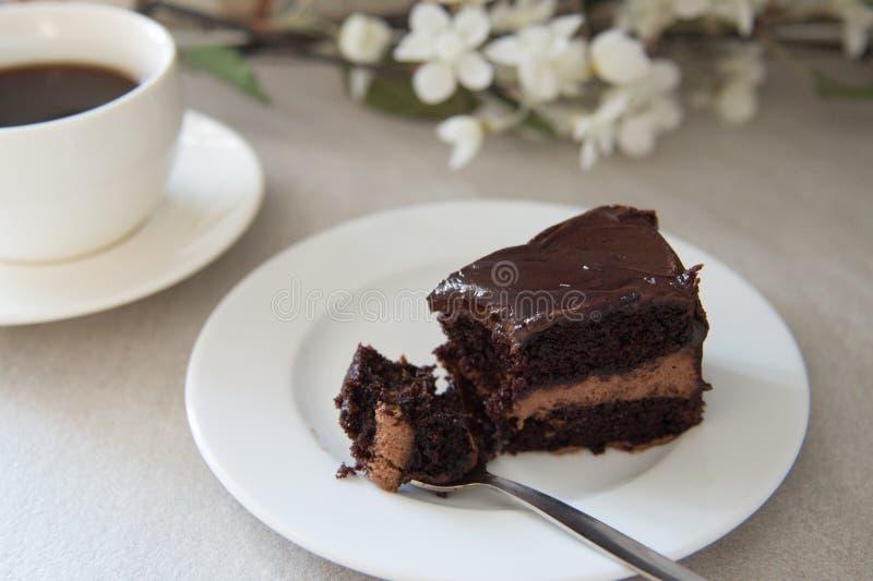 Ett stycke av chokladkaka och kaffe arkivfoto