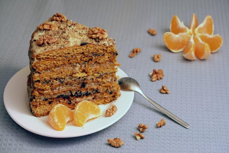 Ett stycke av den hemlagade kakan på ett vitt tefat royaltyfria bilder