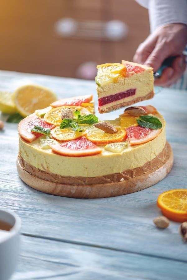 Ett stycke av den r? citrusa kakan med grapefrukten, apelsinen, limefrukt och citronen Sund ny sommarefterr?tt Hemlagad strikt ve fotografering för bildbyråer