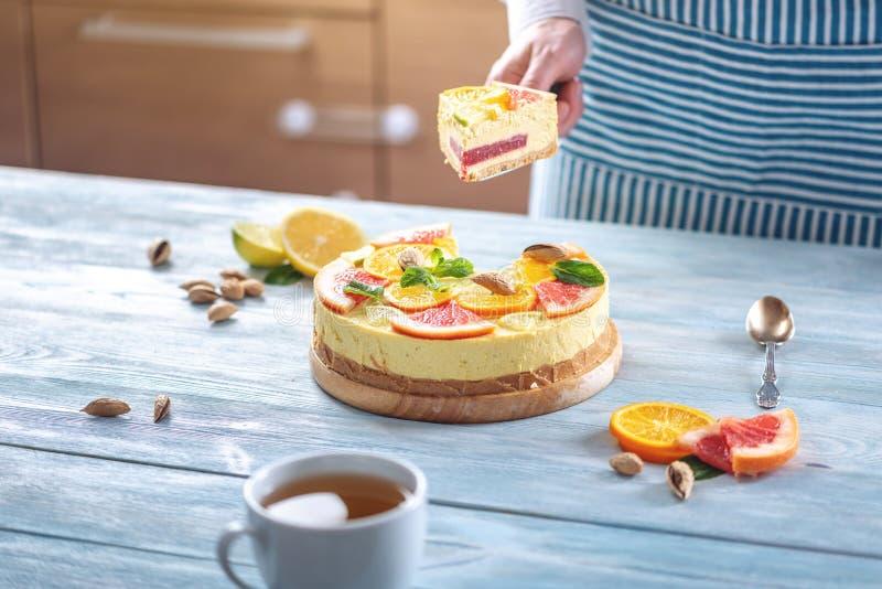 Ett stycke av den r? citrusa kakan med grapefrukten, apelsinen, limefrukt och citronen Sund ny sommarefterr?tt Hemlagad strikt ve arkivbilder