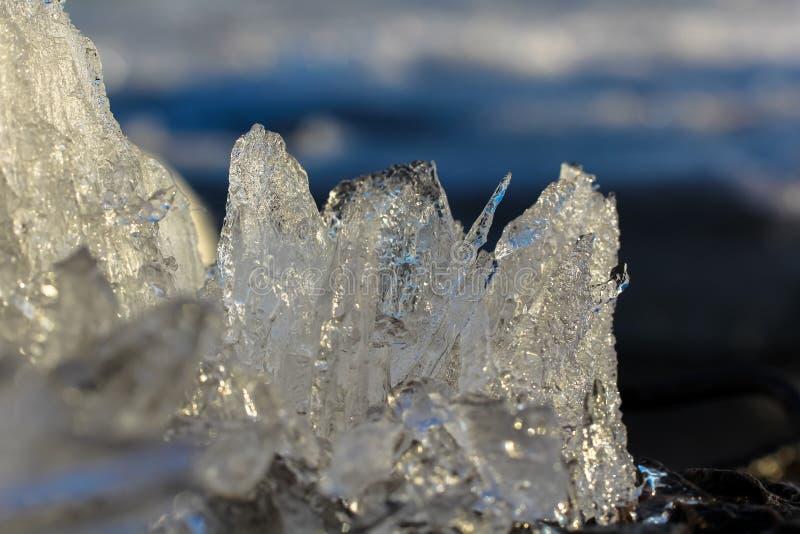 Ett stycke av is i makroen arkivbild
