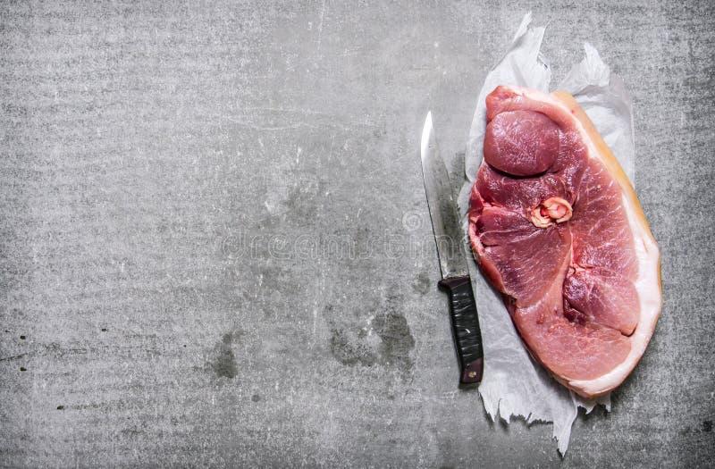 Ett stycke av rått nytt kött med en hugga av kniv royaltyfria foton