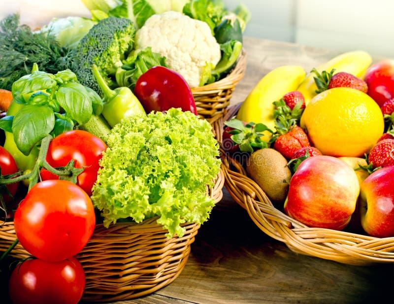 Ett sunt bantar baserat på nya organiska frukter och grönsaker, sund mat i vide- korg royaltyfri bild