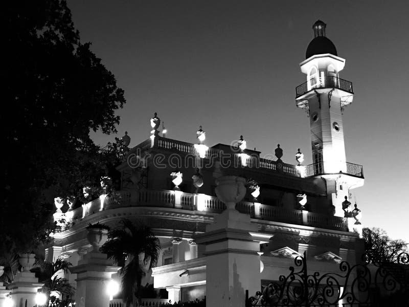 Ett svartvitt skott av en minaret i Merida, Mexico - MEXICO arkivfoton