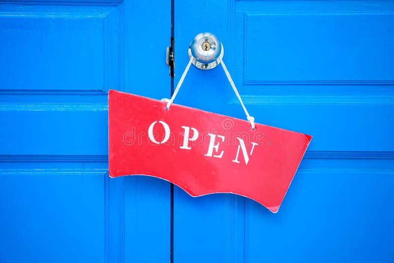Ett tecken för öppen dörr för behandlingsred royaltyfri bild