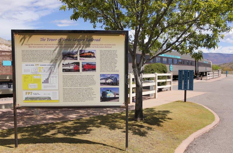 Ett tecken för bussgarage för drev för Verde kanjonjärnväg, Clarkdale, AZ, USA royaltyfri bild