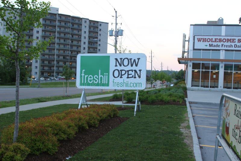 Ett tecken för den Freshii restaurangen som anouncing den storslagna öppningen av ett nytt läge Freshii är en kanadensisk sund sn arkivbilder