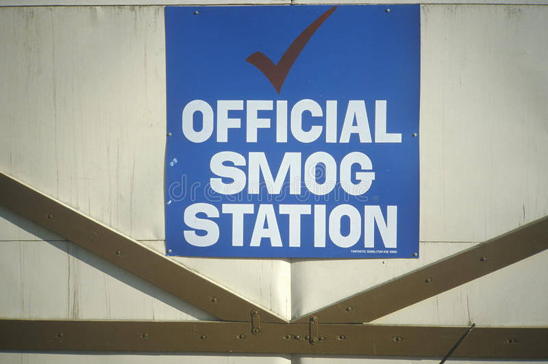 Ett tecken för en officiell smogstation i Los Angeles royaltyfria bilder