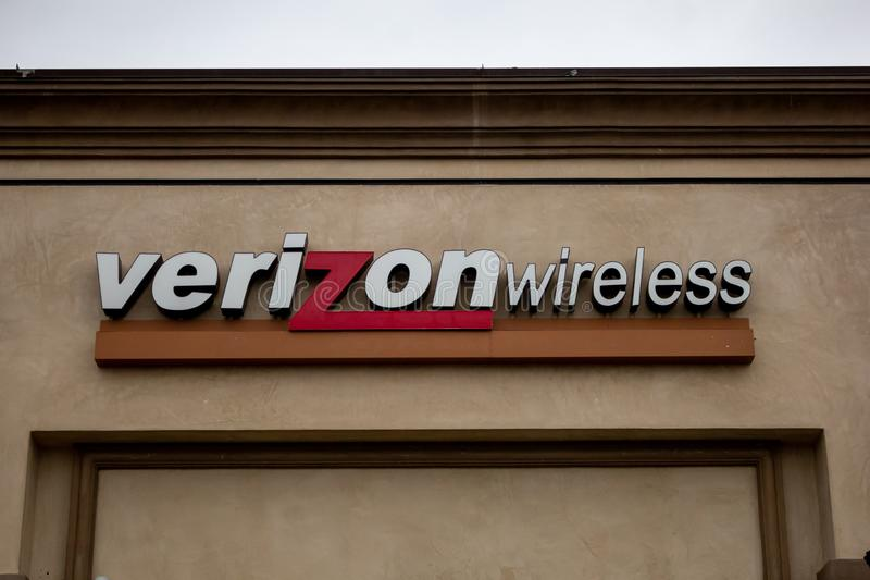 Ett tecken f?r en Verizon ?terf?rs?ljare royaltyfri foto