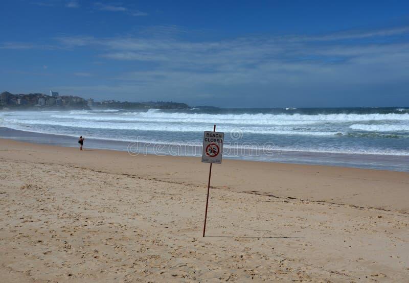 Ett tecken läser den stängda stranden fotografering för bildbyråer