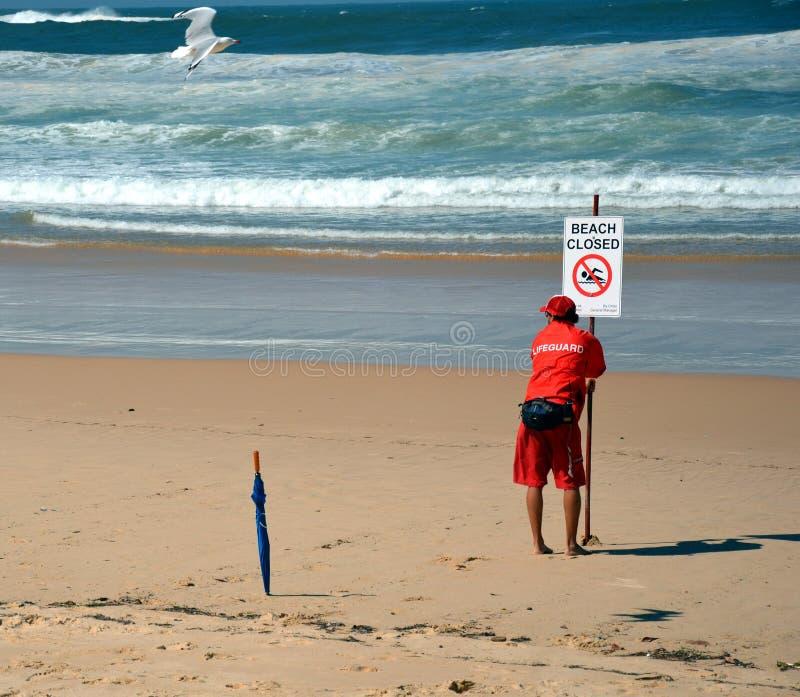 Ett tecken läser den stängda stranden royaltyfria bilder
