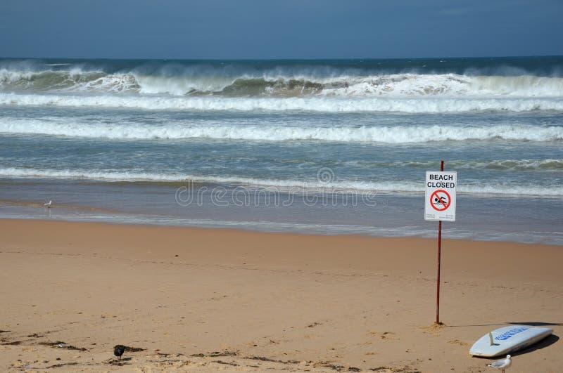 Ett tecken läser den stängda stranden royaltyfri foto
