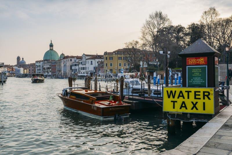 Ett tecken på den stora kanalen i service för taxi för Venedig advertizingvatten royaltyfria foton