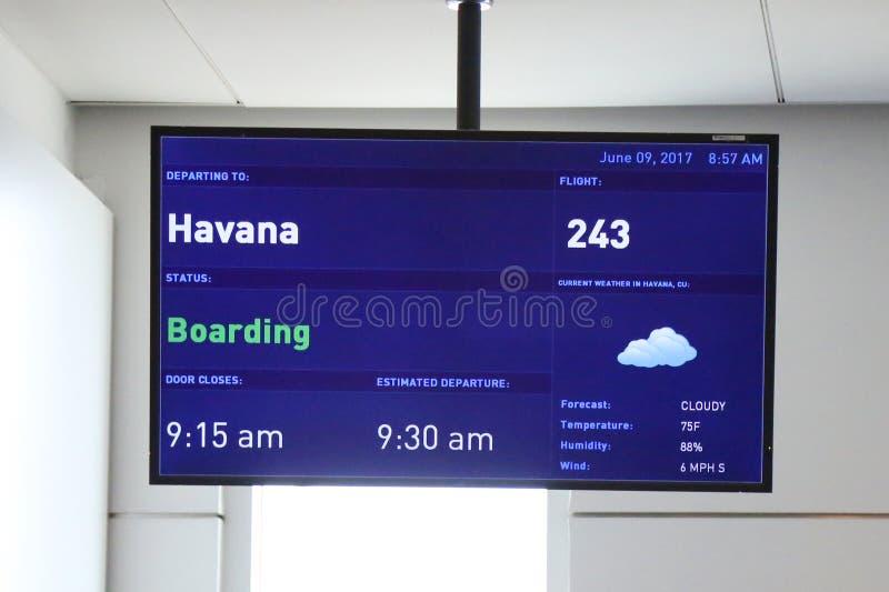 Ett tecken på JetBlue terminal 5 på John F Kennedy International Airport i New York som indikerar, att destinationen är havannaci royaltyfri bild