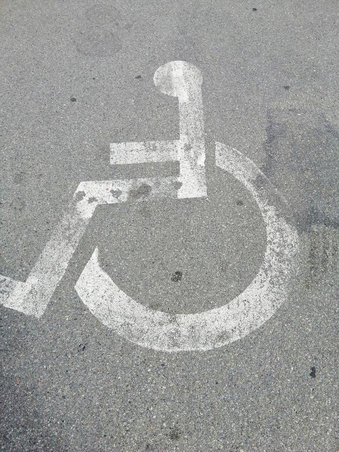 Ett tecken på trottoaren - rörelsehindrad parkering royaltyfri foto
