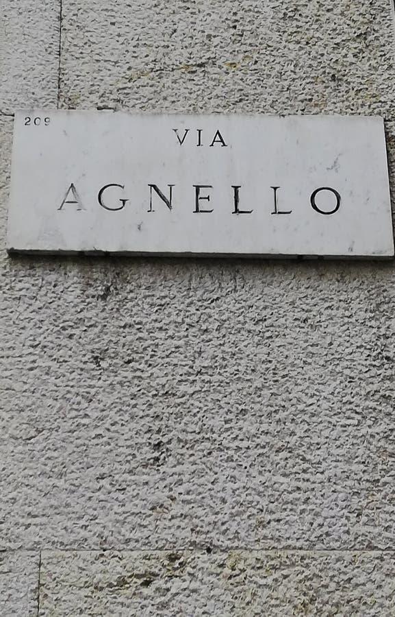 Ett tecken som indikerar 'via Agnello ', royaltyfri foto
