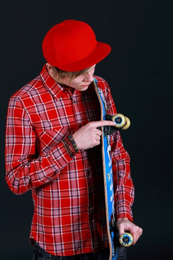 Ett teen med skateboarden royaltyfri bild