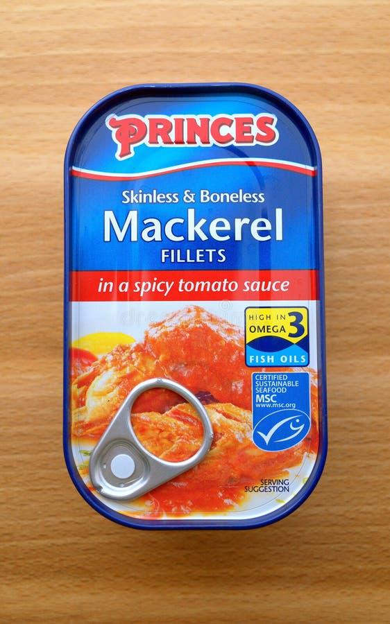 Ett tenn av prinsmakrillfiléer i en kryddig tomatsås arkivfoton