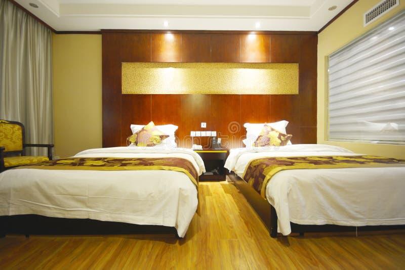 Ett tomt hotell- eller motellrum med två sängar arkivbild