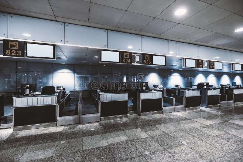 Ett tomt incheckningområde i en flygplats royaltyfri foto