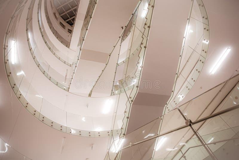 Ett tomt klassrum på ett universitet Stor trappa och ner en lång korridor i studenternas förväntningar arkivfoton