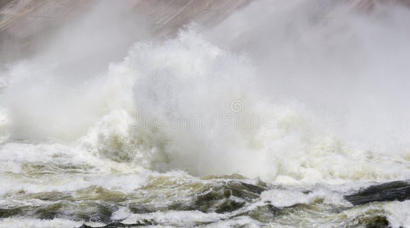 Ett torn av vatten på grunden av den Mansfield fördämningen royaltyfria bilder