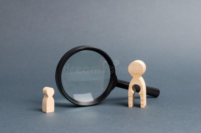 Ett trädiagram av en kvinna med tomhet och ett barn står nära förstoringsglaset Begreppet av att finna ett barn arkivfoto