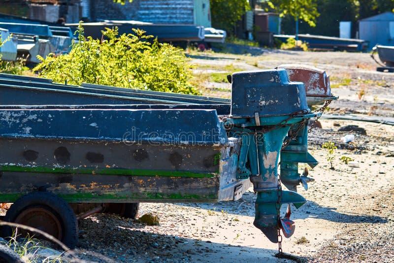 Ett träfartyg med en motor parkeras på land Det gamla fartyget är på vaggar Trämotoriskt fartyg Det gamla fartyget är på kusten arkivfoton