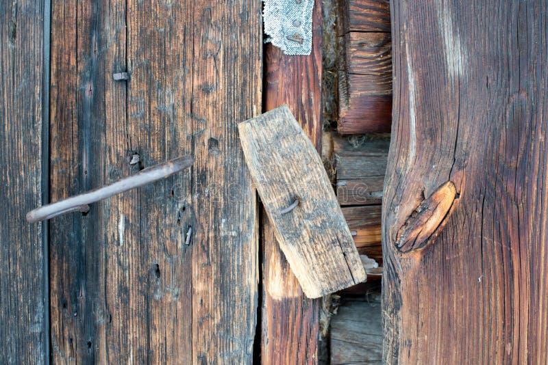 Ett trälås En träportventil på dörren av den gamla ladugården royaltyfri fotografi