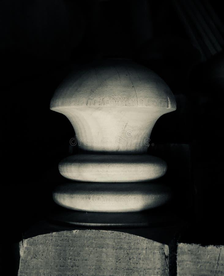 Ett träobjekt för rund form med det svarta bakgrundsfotoet arkivfoto