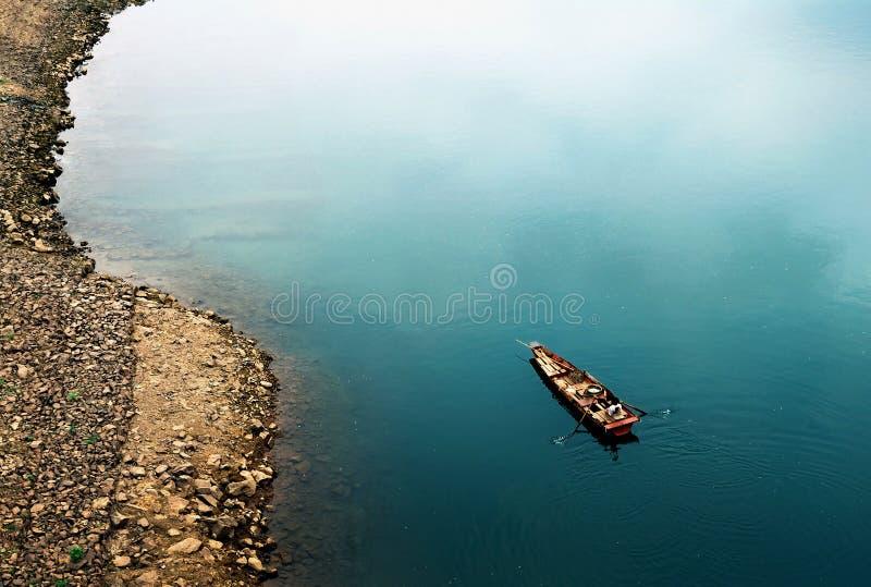 Ett tr?fartyg p? floden fotografering för bildbyråer