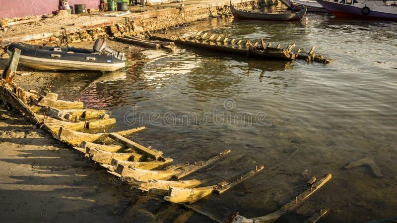 Ett traditionellt skelett för skepp eller för fartyg i flodstranden övergav royaltyfria foton
