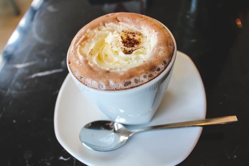 Ett trevligt kaffe med mjukt mjölkar infornt arkivbild