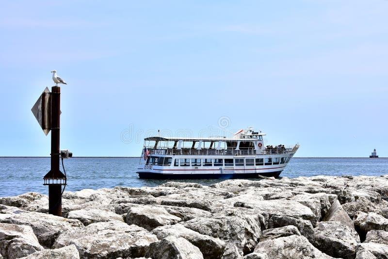 Ett turismfartyg kryssar omkring den Lake Michigan shorelinen royaltyfria foton
