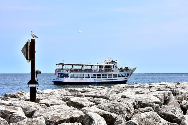 Ett turismfartyg kryssar omkring den Lake Michigan shorelinen arkivfoto